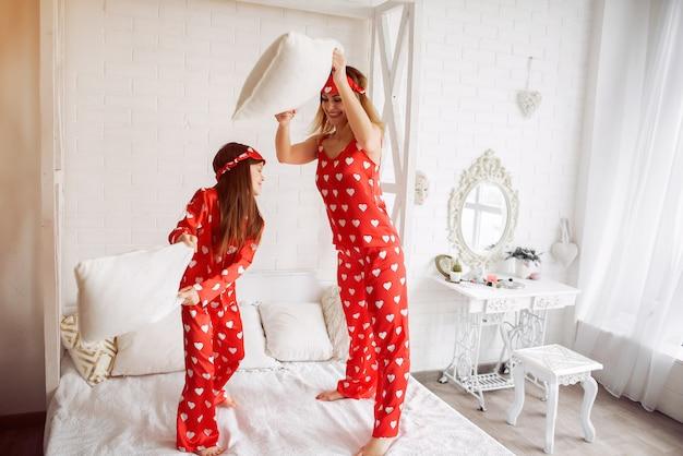 Jolie mère et fille à la maison en pyjama Photo gratuit