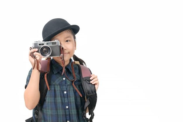 Jolie Petite Fille Asiatique Prend Une Photo Avec Un Appareil Photo Vintage Isolé Et Copie Espace Photo Premium