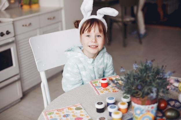Jolie petite fille assise dans une cuisine Photo gratuit
