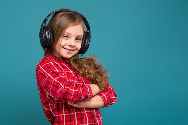 Jolie Petite Fille En Chemise à Carreaux Et écouteurs Aux Cheveux Bruns Photo Premium