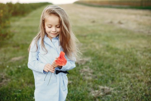 Jolie petite fille dans un champ d'été Photo gratuit