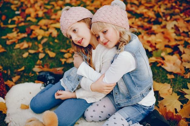 Jolie petite fille dans un parc en automne Photo gratuit