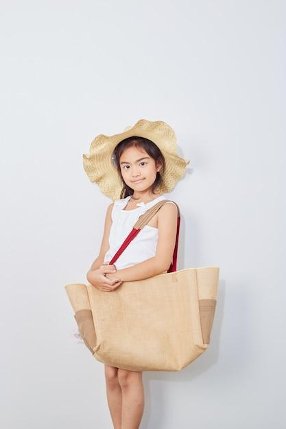 Jolie petite fille en été shopping Photo Premium