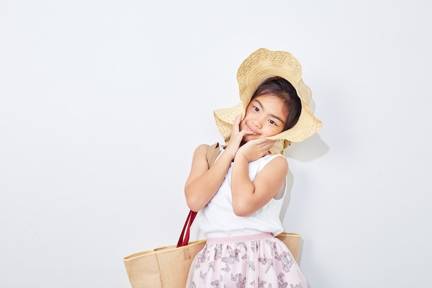 Jolie petite fille en été shopping Photo Premium