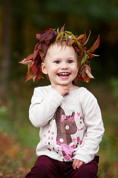 Jolie Petite Fille Jouant Avec La Courgette En Automne Parc. Halloween Et Temps De Thanksgiving Amusant Pour La Famille. Photo Premium