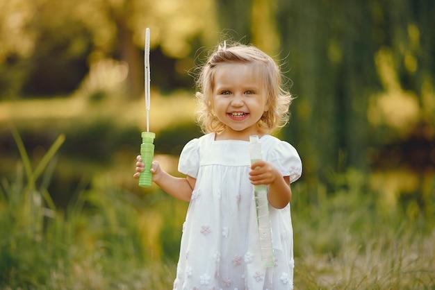 Jolie petite fille jouant dans un parc Photo gratuit