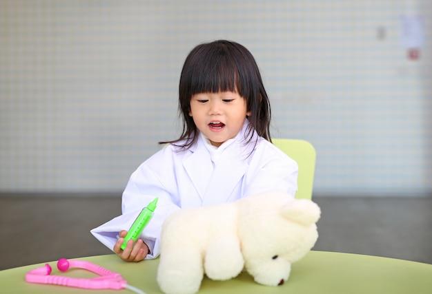 Jolie petite fille joue au docteur Photo Premium