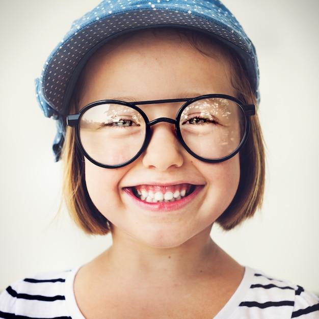 Jolie petite fille avec des lunettes Photo gratuit