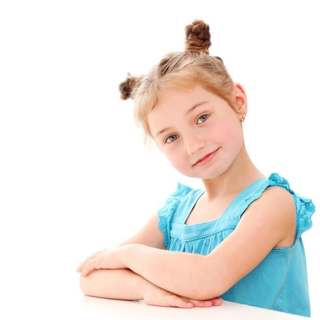 Jolie Petite Fille à La Maison Photo gratuit