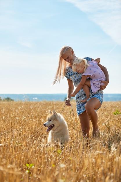 Jolie Petite Fille Avec Maman Et Chien Sur Champ De Blé Photo Premium