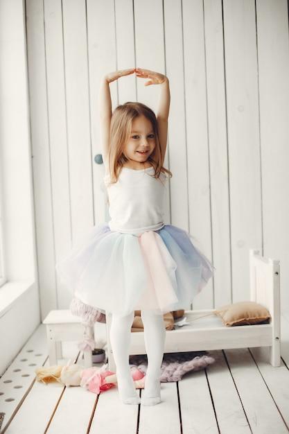 Jolie petite fille qui danse à la maison Photo gratuit