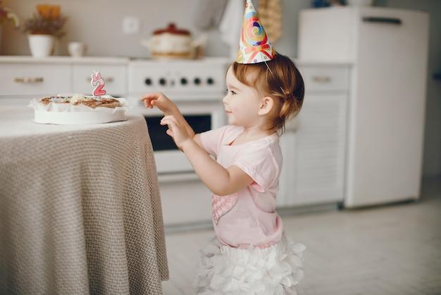 Jolie Petite Fille S'amuser à La Maison Photo gratuit