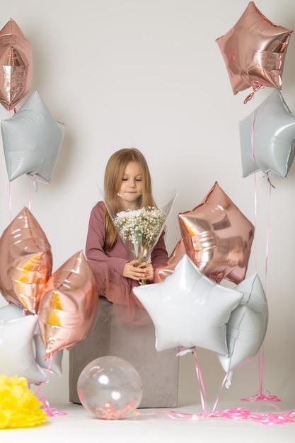 Jolie Petite Princesse Dans Une Robe Tient Un Bouquet De Fleurs Blanches Photo Premium
