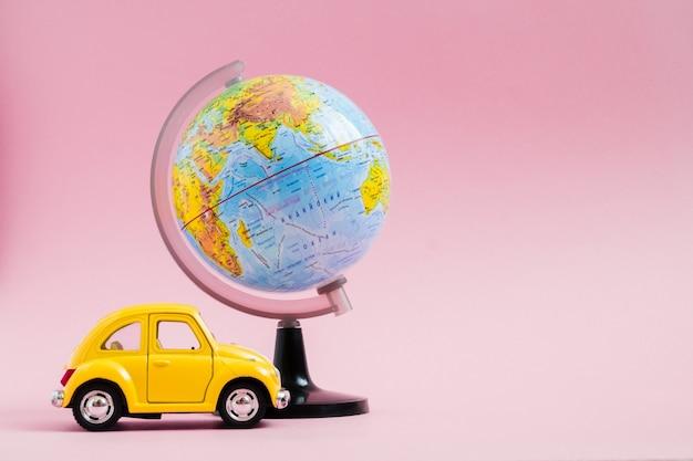 Jolie Petite Voiture Rétro Jaune Avec Sphère Globe Terrestre Photo Premium