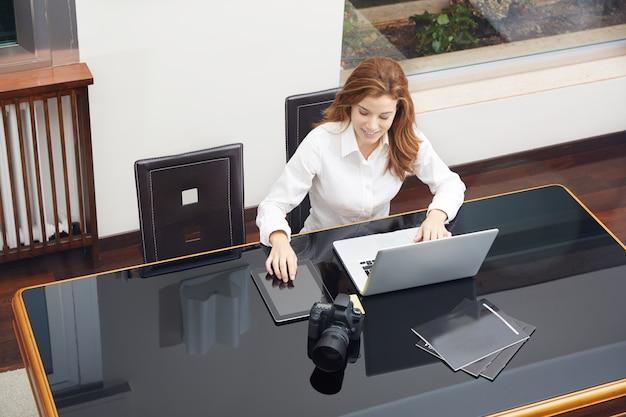 Jolie photographe travaillant à la maison Photo Premium