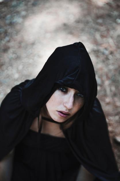 Jolie sorcière en cagoule noire Photo gratuit