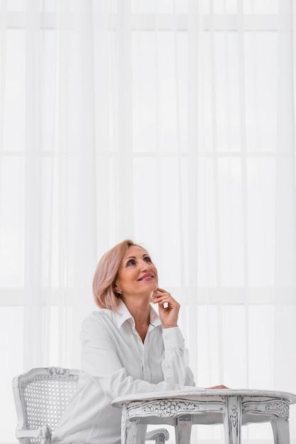 Jolie Vieille Dame Levant Les Yeux Photo gratuit