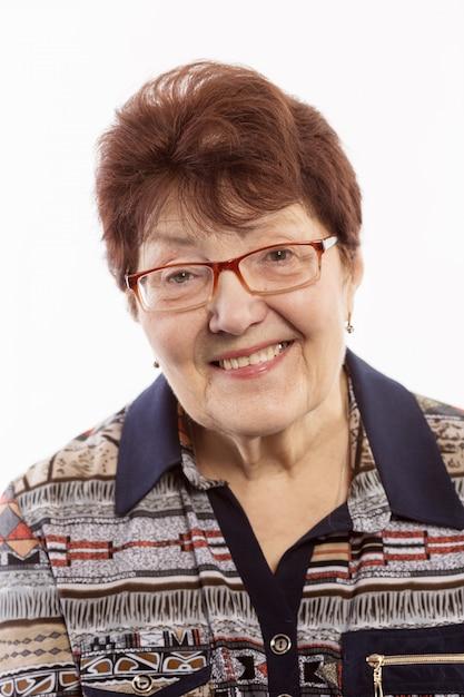 Jolie vieille femme aux cheveux gris bouclés souriant Photo Premium