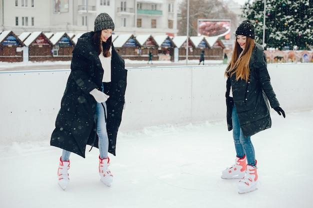 Jolies et belles filles dans un pull blanc dans une ville d'hiver Photo gratuit