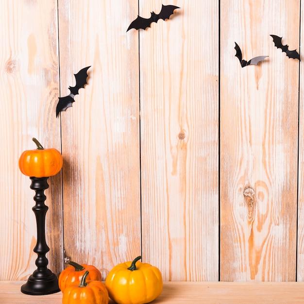 Jolies décorations d'halloween près du mur Photo gratuit