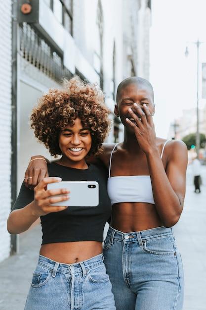 Jolies filles faisant un appel vidéo Photo gratuit