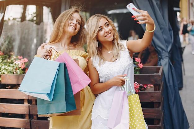 Jolies filles avec un sac dans une ville Photo gratuit