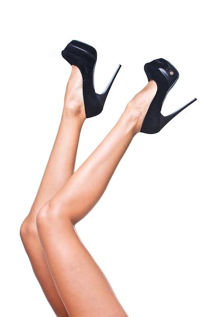 Jolies Jambes De Femmes Avec Des Talons Hauts Noirs Isolés Sur Fond Blanc Photo gratuit