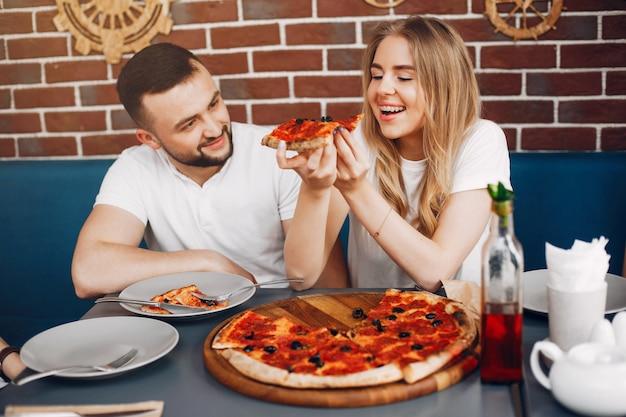 De jolis amis dans un café en train de manger une pizza Photo gratuit
