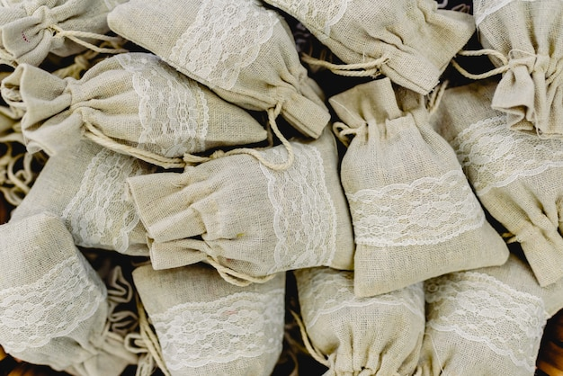 Jolis petits sacs en tissu, avec des cadeaux féminins à l'intérieur. Photo Premium
