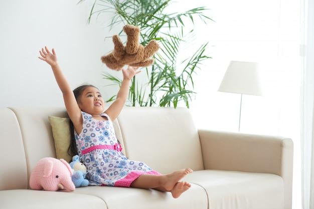 Jouer avec un animal en peluche Photo gratuit