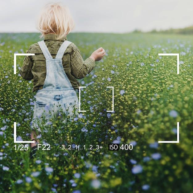 Jouer dans un champ de fleurs Photo gratuit