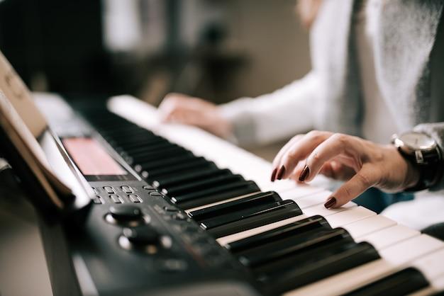Jouer du piano. fermer. Photo Premium