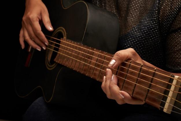 Jouer de la guitare acoustique Photo gratuit