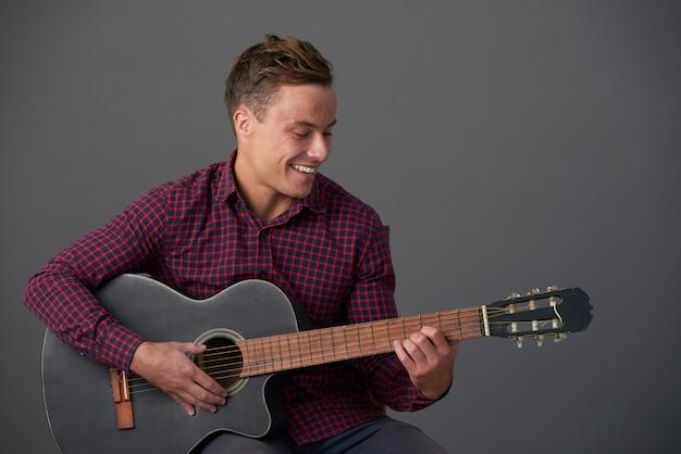 Jouer de la guitare Photo gratuit