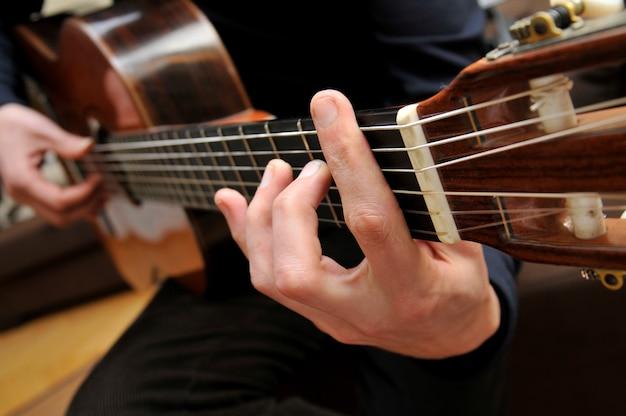 Jouer de la guitare Photo Premium