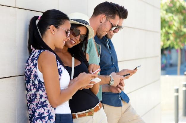 Jouer les jeunes de téléphone mobile heureux Photo gratuit