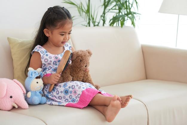 Jouer avec des jouets Photo gratuit