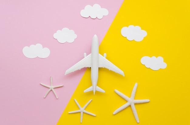 Jouet D'avion Avec Des Nuages Au-dessus Photo gratuit