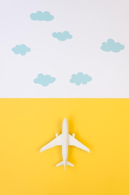 Jouet D'avion Plat Avec Des Nuages Photo gratuit
