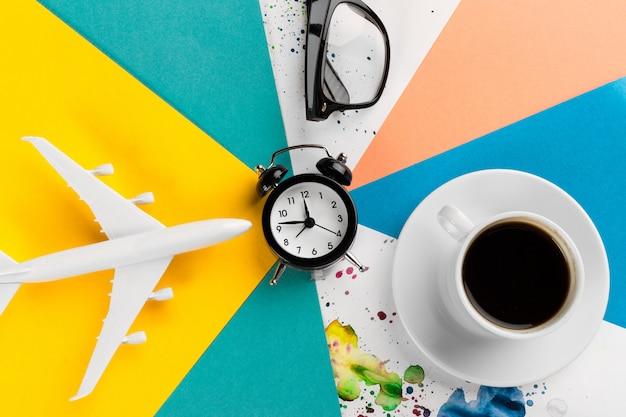 Jouet D'avion, Verres, Tasse à Café Et Réveil Photo Premium
