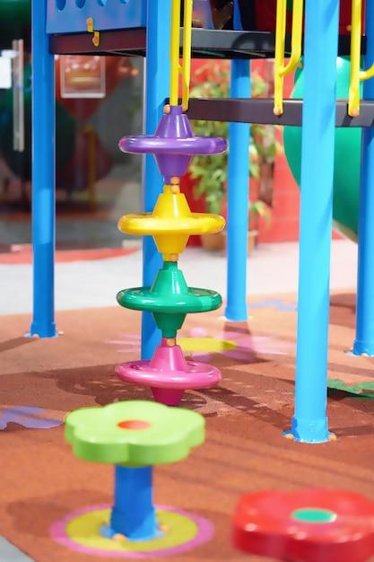 Jouet coloré dans l'aire de jeu pour l'escalade Photo Premium