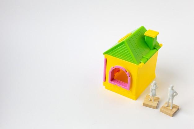 Le jouet de la maison sur l'image de fond blanc se bouchent. Photo Premium