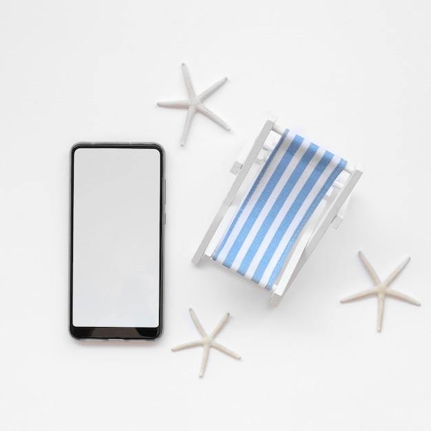 Jouet Mobile Et Bain De Soleil Vue De Dessus Photo gratuit