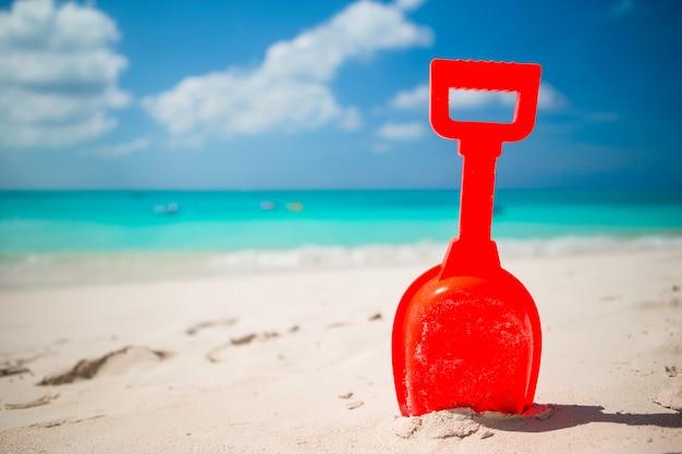 Jouet de plage d'été pour enfants dans le sable blanc Photo Premium
