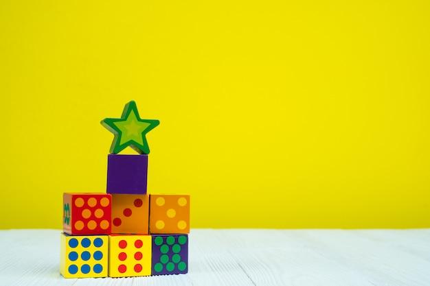 Jouet de puzzle carré sur table avec jaune Photo Premium