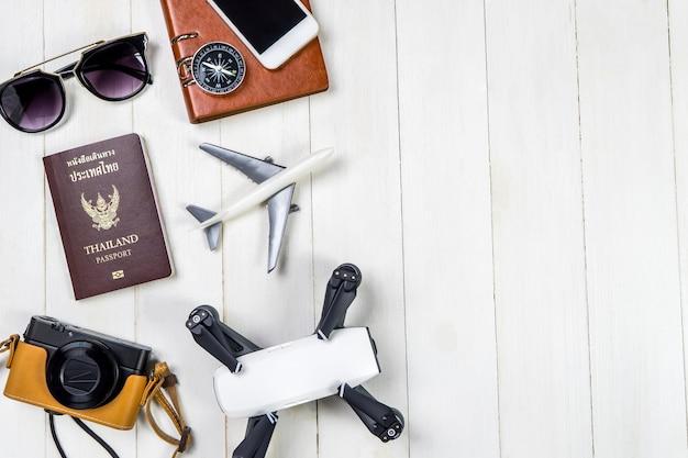 Jouet De Voyage Summer Beach Et Gadgets Sur L'espace De Copie En Bois Blanc Photo Premium