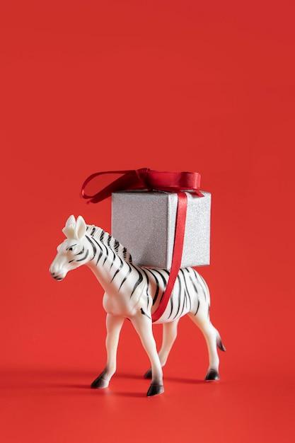 Jouet Zèbre Transportant Une Boîte Cadeau Photo gratuit