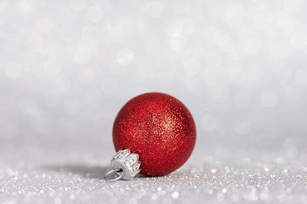 Jouets D'arbre De Noël Rouge Sur Fond Blanc. Décorations De Noël Sur Une Surface Blanche. Photo Premium