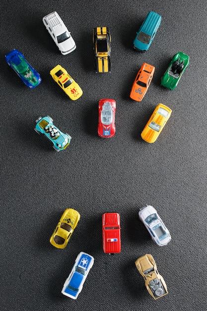 Jouets automobiles colorés. l'appartement gisait sur un gris Photo Premium