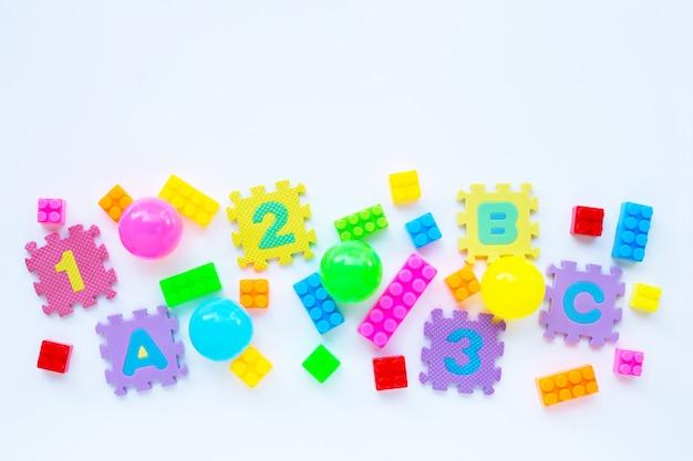 Jouets colorés pour enfants, vue de dessus Photo Premium